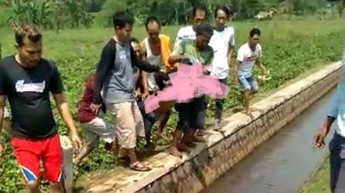 Warga Kesal, Pencuri Motor Digotong Beramai-ramai Lalu Dilempar ke Saluran Air