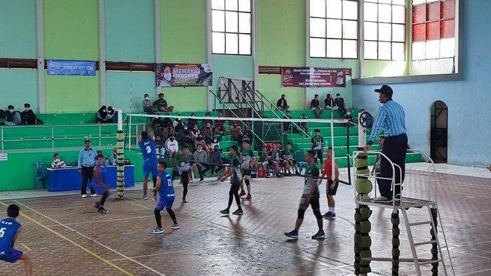 Pertandingan voli putra antara klub Vorada vs Mr Barak VC di GOR Tanjungpandan, Selasa (31/5/2021)
