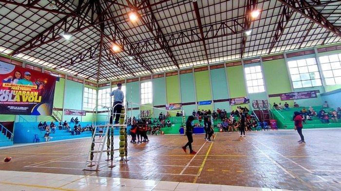 Pertandingan antara klub voli Voker 145 vs PJP di babak penyisihan putri Kejuaraan Bola Voli Piala Gubernur Babel di GOR Tanjungpandan, Selasa (1/6/2021).