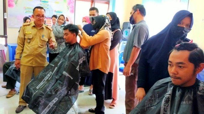 Pemuda Desa di Belitung Belajar Potong Rambut, Pelatihan Digagas Pemdes Aik Ketekok