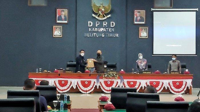 Penyerahan rekomendasi dari Ketua DPRD Beltim Fezzi Uktolseja kepada Bupati Beltim Burhanudin, Senin (8/6/2021).