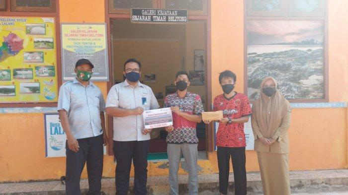 Perwakilan PT Timah serahkan bantuan kepada Ketua kelompok sadar wisata Kelekak Nyiur Desa Lalang Manggar.