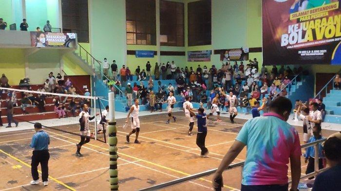 Para pemain Basecamp saat berhasil memenangkan pertandingan Kejuaraan Bola Voli Piala Gubernur 2021, Selasa (8/6/2021).