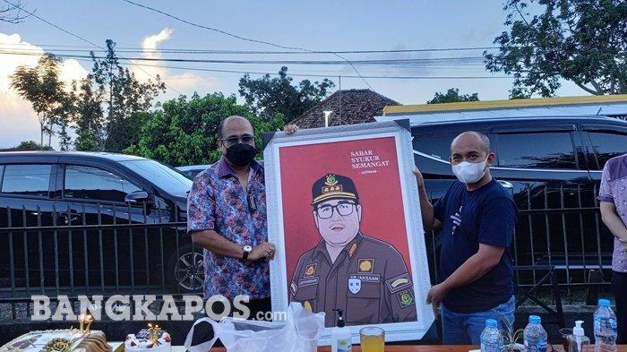 Kejari Pangkapinang dapat Kejutan Ulang Tahun dari Wali Kota, Dihadiahi Lukisan dan Kue Berangka 17