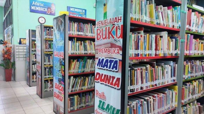Koleksi buku di perpustakaan Belitung.