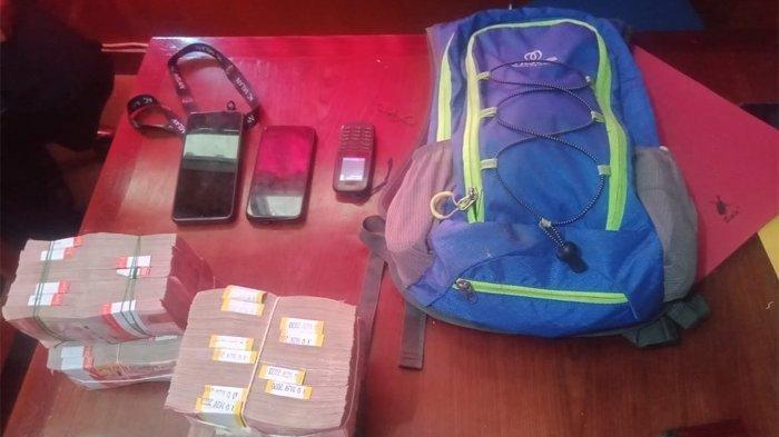 Barang bukti uang Rp 370 juta yang dibawa Ratius Murib alias Neson Murib yang diduga merupakan jaringan penjual senjata api (senpi) dan amunisi ke Kelompok Kriminal Bersenjata (KKB), Puncak Jaya, Papua. Foto barang bukti yang diamankan dari tersangka.