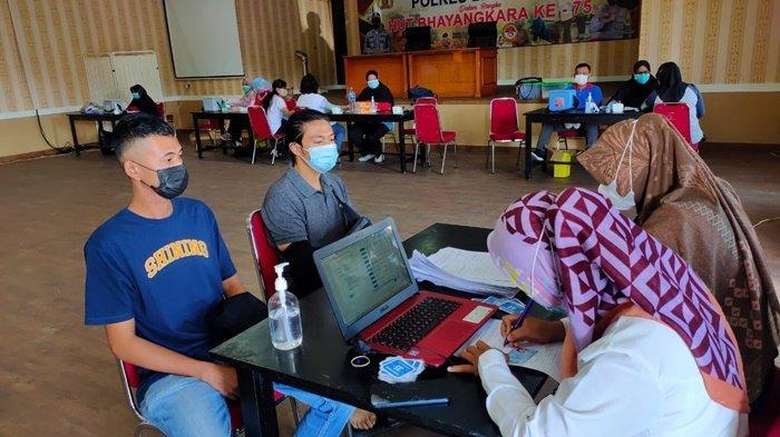 Suasana vaksinasi Covid-19 di aula Endra Dharma Laksana Polres Belitung, Selasa (16/6/2021)