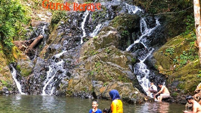 Pengunjung mandi di Gurok Beraye