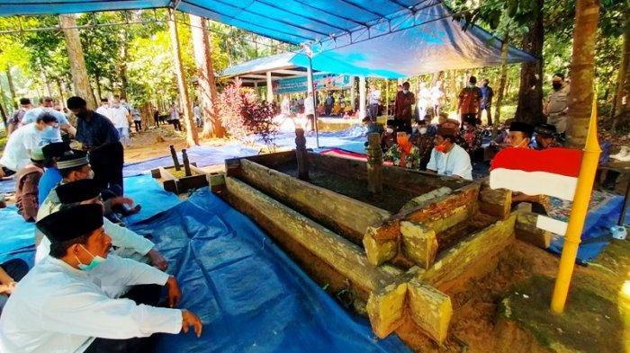 Keluarga KA Rahat Bersama Pemerintah Belitung Ziarah ke Makam KA Rahat