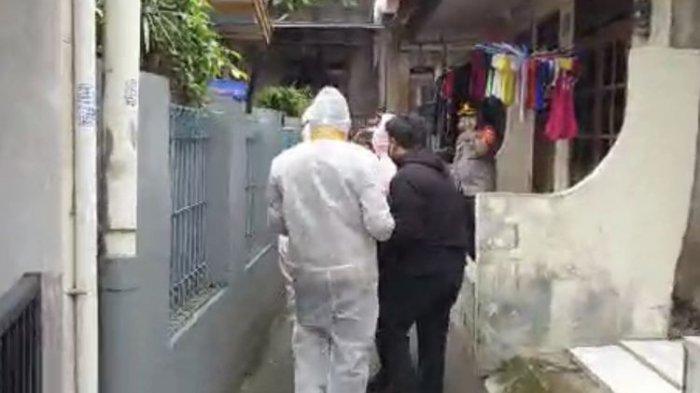 Wakapolres Metro Jakarta Selatan, AKBP Antonius Agus Rahmanto mengenakan APB saat mengevakuasi seorang warga bernama Budi (59) yang terkonfirmasi positif Covid-19 melintasi gang sempit di Jagakarsa, Jakarta Selatan pada Kamis (25/6/2021).