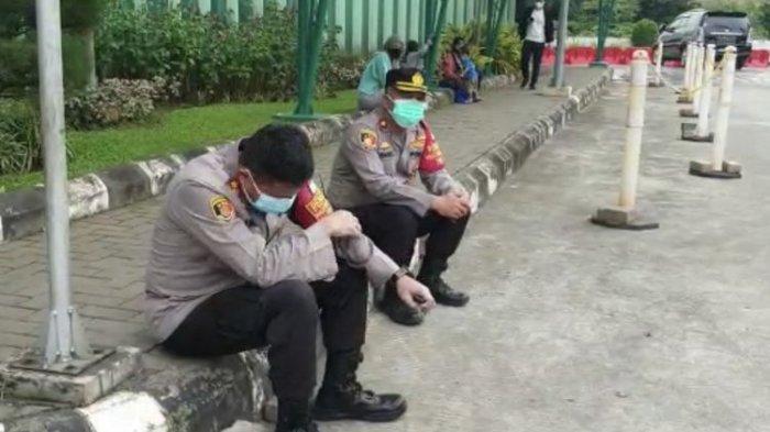TangisWakapolres Jaksel Pecah, Sudah Pakai APD Lengkap Sesalkan Nyawa Pasien Covid-19 Tak Tertolong