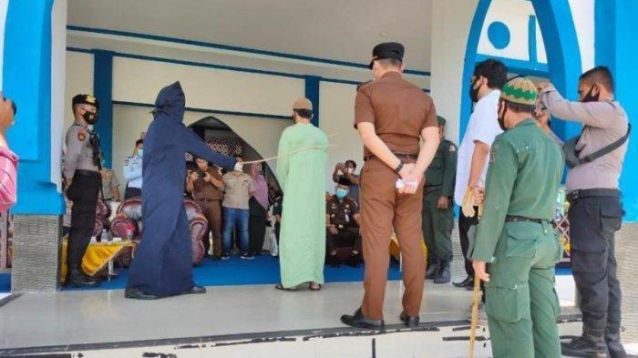 Hukuman ke Agen Game Judi Online Chip Domino di Aceh, Dicambuk 16 Kali dengan Rotan di Depan Umum