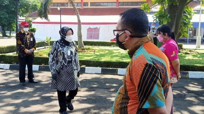 Ketika Menteri Risma Marah Disediakan Orgen Tunggal: Rakyat Sedang Susah Kalian Malah Enak-Enakan