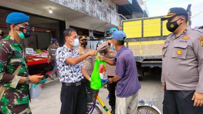 Wujud Kepedulian Dampak PPKM Mikro, TNI Polri Bagikan 200 Paket Sembako Dan Masker