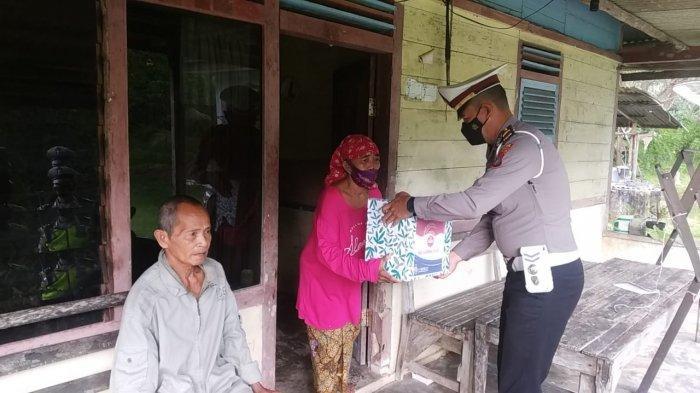 Polantas Polres Belitung Timur Beri Bantuan Kebutuhan untuk Masyarakat Terdampak PPKM Level 4