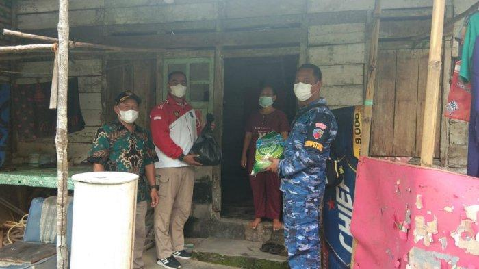 Babinpotdirga Lanud ASH Bersama PPI Belitung Bagikan Paket Sembako untuk Warga Terdampak Covid-19