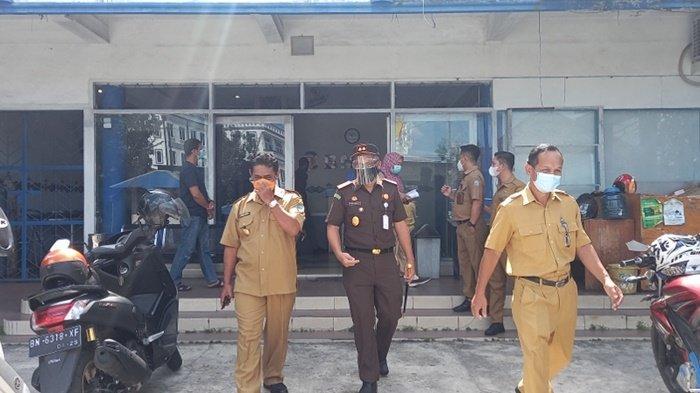 Bupati Belitung Sahani Saleh dan Wakil Bupati Belitung Isyak Meirobie bersama unsur Forkopimda Belitung saat meninjau rumah sakit dan klinik yang melaksanakan swab antigen, Senin (02/08/2021)