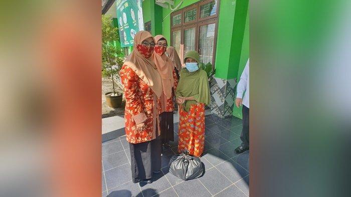 Dharmawanita Persatuan Kementerian Agama Kabupaten Belitung saat menyerahkan paket kebutuhan pokok, Senin (2/8/2021).