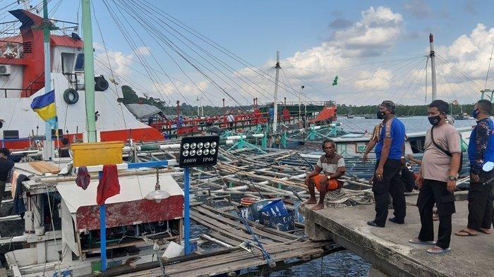 Terseret Arus dan Angin Kencang, Kapal Pengangkut Minyak Serempet Perahu Nelayan yang Bersandar