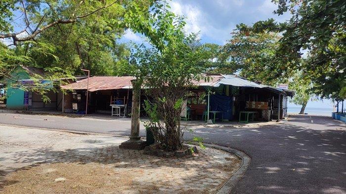 Suasana tempat-tempat makan dan kafe di kawasan Pantai Tanjungpendam, Tanjungpandan, Rabu (4/8/2021).