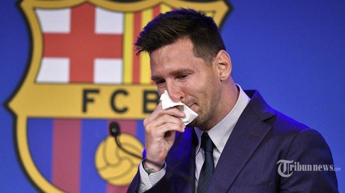 (MESSI MENANGIS) Pemain depan Barcelona Argentina Lionel Messi menyeka hidungnya saat ia tiba dengan air mata untuk mengadakan konferensi pers di stadion Camp Nou di Barcelona. Minggu (8/8/2021). Messi Pemenang Ballon d'Or enam kali mengumumkan kepergiannya dari club Barcelona yang selama 20 Tahun dibelanya.