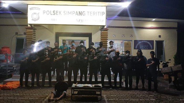 Pelaku pembunuhan berinisial F berhasil ditangkap aparat kepolisian. Ia membunuh pria berinisial SM di Simpang Teritip karena keduanya terlibat asmara segi empat. SM mengganggu istri F dan SM juga saingan pelaku F memperebutkan wanita berinisial M yang telah bersuami