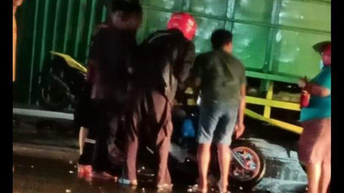 Kecelakaan pengendara motor nabrak truk di Jalan Jenderal Sudirman kawasan Pasar Manggar, Desa Baru, Rabu (18/8/2021) malam pukul 19.05 WIB. Dia mengendarai sepeda motor Honda Scoopy dengan nomor polisi BN 4513 XF menabrak mobil truk Hino hijau bernomor polisi BN 8304 PV
