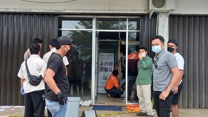Unit Reskrim Polres Belitung Timur dan dan Polsek Kelapa kampit sedang melakukan olah TKP ATM Bank Mandiri di Kelapa Kampit, yang dirusak, Minggu (22/8/2021)