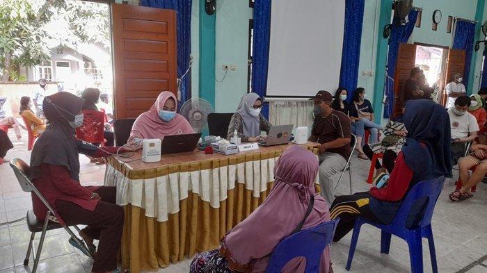 Suasana vaksinasi covid-19 di Kantor Camat Manggar, Kamis (26/8/2021)