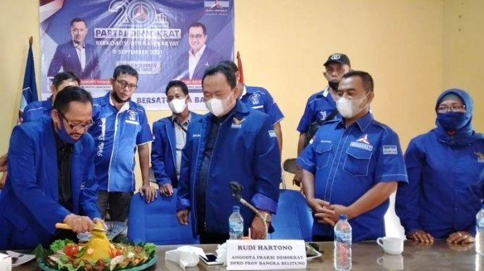 Peringati HUT ke-20, DPC Partai Demokrat Belitung Timur Potong Tumpeng