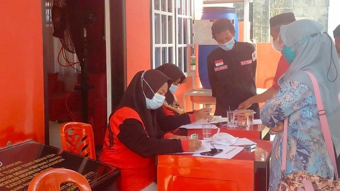 Warga saat mengantre vaksinasi Covid-19 di Kantor PDI Perjuangan, Jalan Hasan Basri, Tanjungpandan, Jumat (10/9/2021).