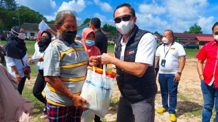 Direktur SDM PT Timah Tbk, Muhammad Rizki menyerahkan bantuan dari PT Timah ke masyarakat di Belitung, Sabtu (18/9/2021).