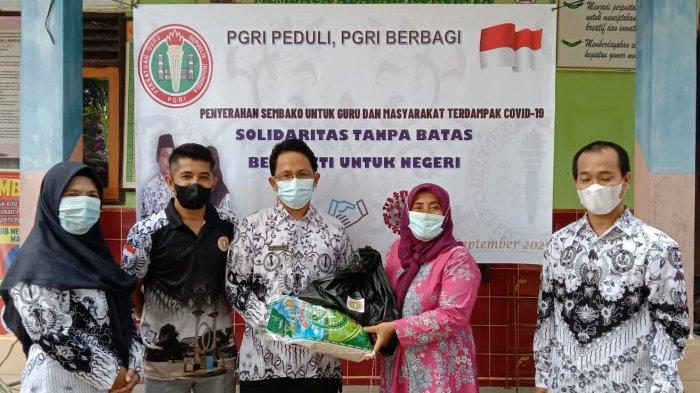 PGRI Belitung Timur Serahkan 210 Paket Sembako untuk Masyarakat Terdampak Covid-19