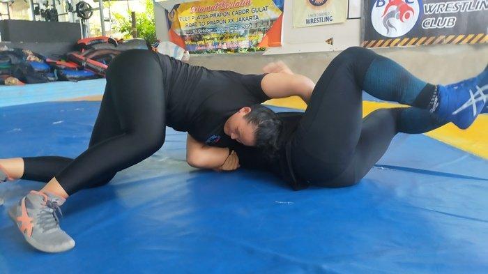 Irma Apriani atlet Gulat Bangka Belitung dan pelatih nya Fahrul, Rabu (22/9/2021) sedang melakukan training center (TC) di tempat latihan di Tanjungpandan, Belitung menjelang PON ke-XX Papua.