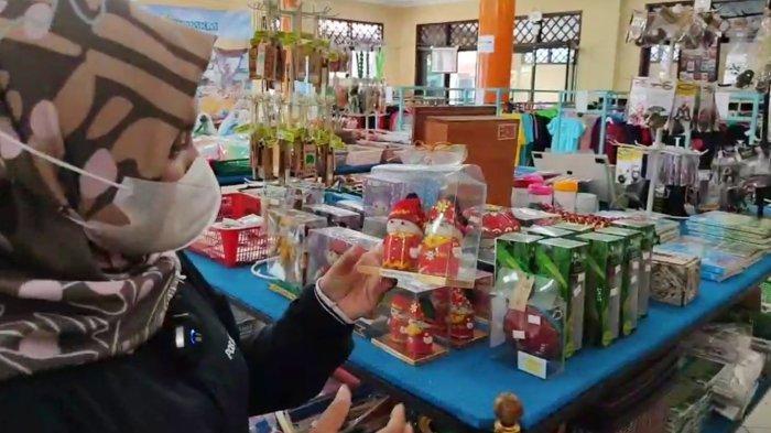 Produk-produk UMKM yang dijual di Galeri KUKM Belitung, Kamis (30/9/2021).