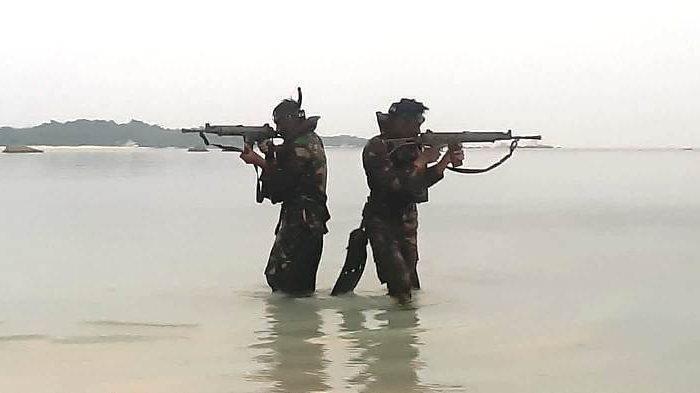 PASUKAN intai amfibi Korps Marinir TNI AL melaksanakan latihan ratsus di Pantai Tanjung Kelayang, Kabupaten Belitung, Jumat (8/10/2021).