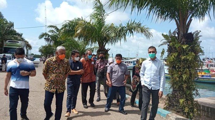 Rombongan PII, Direktur Pelabuhan Perikanan DJPT KKP dan Pemerintah Kabupaten Belitung, jumat (13/2/2021) ketika berkunjung ke Pelabuhan Perikanan Nusantara (PNN) Kabupaten Belitung.