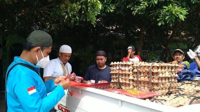 Infaq Jariyah Belitung (Injab) saat menyalurkan kebutuhan pokok di Pondok Pesantren At Taqwa Desa Air Ketekok, Tanjungpandan, Jumat (19/2/2021).