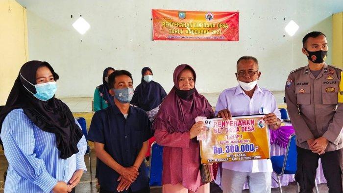 Penyerahan BLT Dana Dea pada keluarga penerima manfaat, di Gedung Serbaguna Desa Padang, Kamis (25/2/2021)