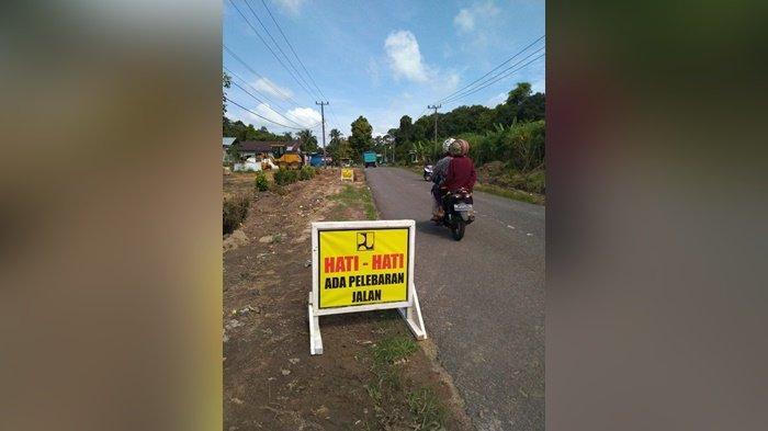 Ruas jalan Perawas-Buding, Desa Bulu Tumbang, yang akan diperlebar dari semula lebar jalan 4,5 meter menjadi 7,4 meter. Selasa (6/4/2021
