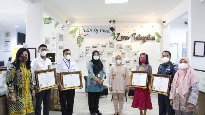 Kakanwil DJPb Babel Serahkan Penghargaan IKPA Kepada Satker Terbaik di Belitung
