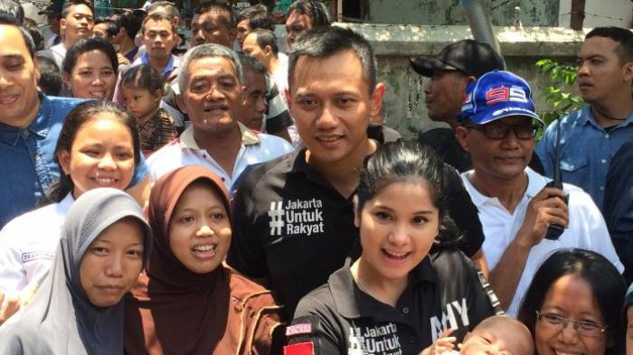 Saat Agus Yudhoyono Dekap Erat Istri Keluar dari Kepungan Pendukung Menuju Mobil