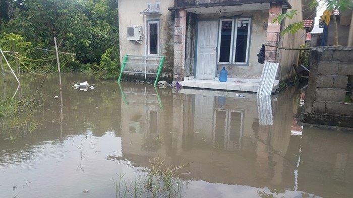 Warga Terdampak Banjir Kompleks Billiton Regency Mulai Beres-beres, 'Semalam Sampai Masuk ke Rumah'