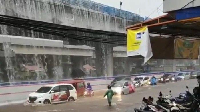 Viral di Media Sosial, 'Air Terjun' di Tol Becakayu saat Hujan Deras Bikin Penasaran Para Pengendara