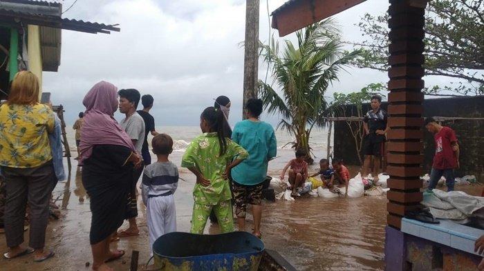 Warga jalan Menara, Desa Baru Manggar berjaga-jaga diseputaran rumah mereka, akibat air laut meluap masuk kerumah warga. Rabu (13/1/2021)