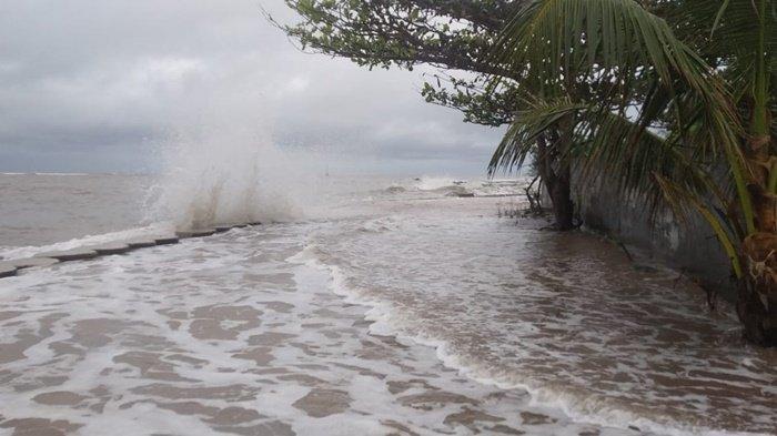 Air laut yang pasang merendam rumah-rumah warga di Kawasan pantai menara, dekat alur Sungai Manggar, Desa Baru Belitung Timur, Rabu (13/1/2021).