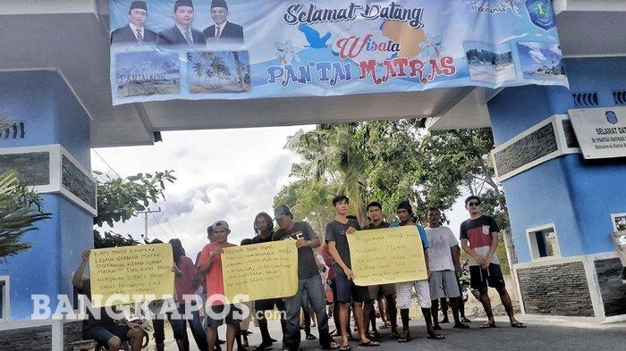 Sejumlah Pemuda Lakukan Aksi Blokade Gerbang Pantai Matras Sungailiat Bangka
