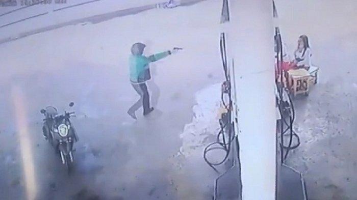Tiga Wanita Petugas SPBU Kocar Kacir, Pria Berjaket Ojol Merampok Todongkan Pistol Bawa Kabur Tas