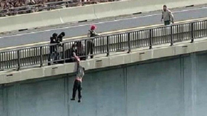 PRIA Bunuh Diri Loncat dari Jembatan, Aksi Menegangkan Polisi Nekat Bergelantungan Selamatkan Korban