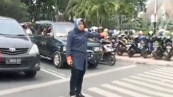 Video Bu Risma  Atur Lalu Lintas Jadi Trending, Ini Penjelasan dari Pihak Pemkot Surabaya
